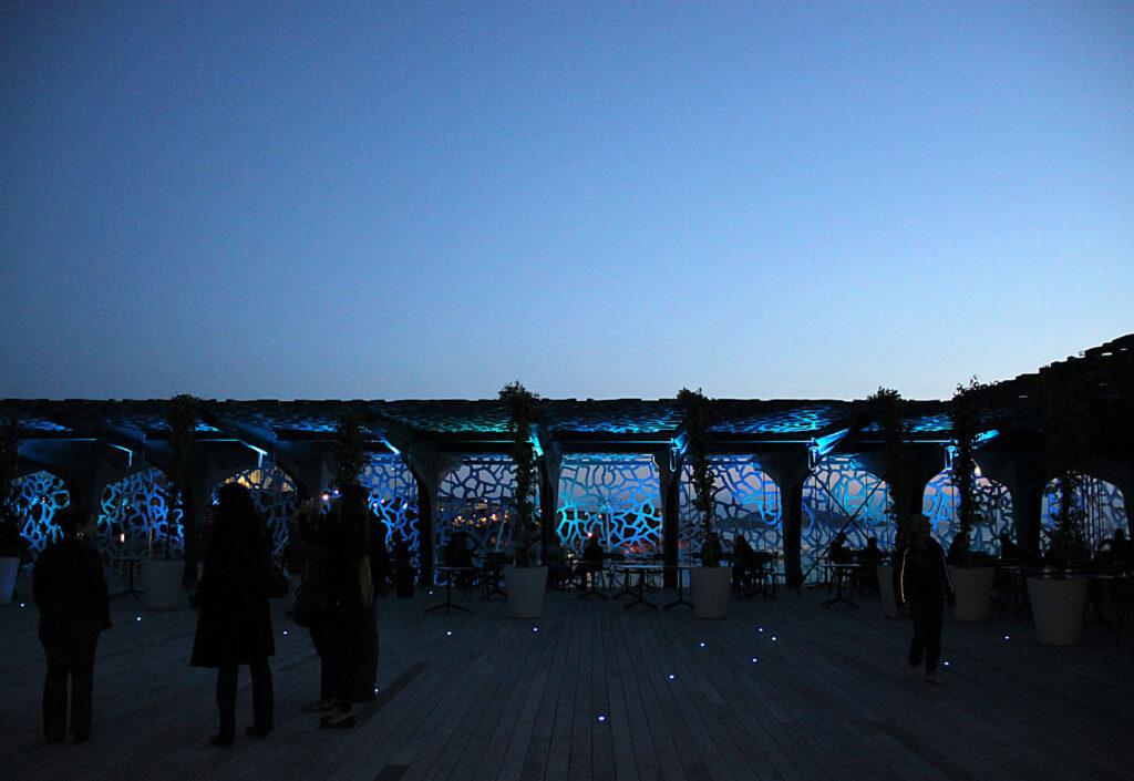 Toit terresse au crépuscule du soir - Mer-Veille, MuCEM, Marseille, France © Yann Kersalé, AIK - Photo : Vincent Laganier