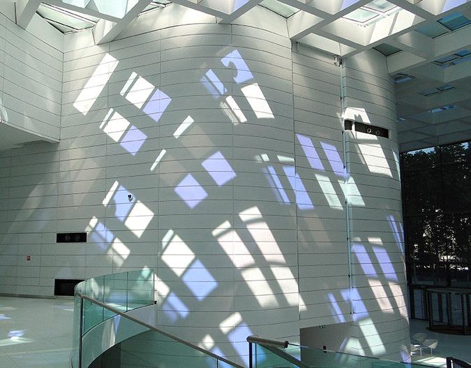 Course du soleil sur le pignon ouest le 3 septembre 2013, 12h30, hall d'accueil, Tour Eqho, Paris La Défense, France - Hubert & Roy architectes et associés © Concepto, Roger Narboni
