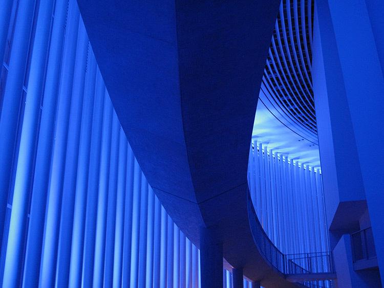 bleu klein pour la philharmonie luxembourg de eric michel light zoom lumi re le portail de. Black Bedroom Furniture Sets. Home Design Ideas
