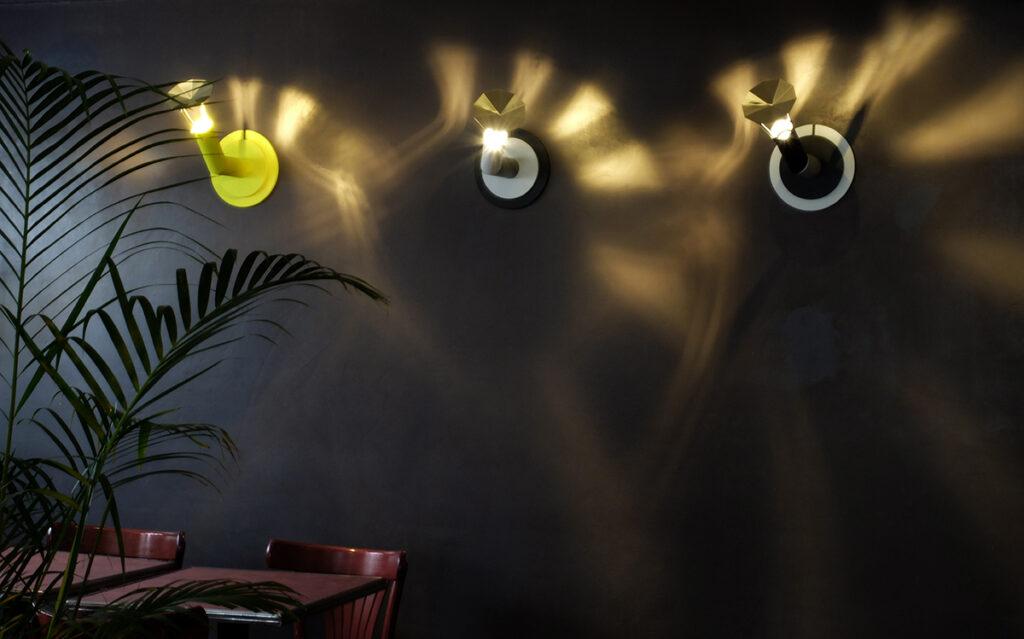 Caf K, Nantes, France , fond de commerce avec L'ardent, trois lampes en applique - Design et photo : RICH