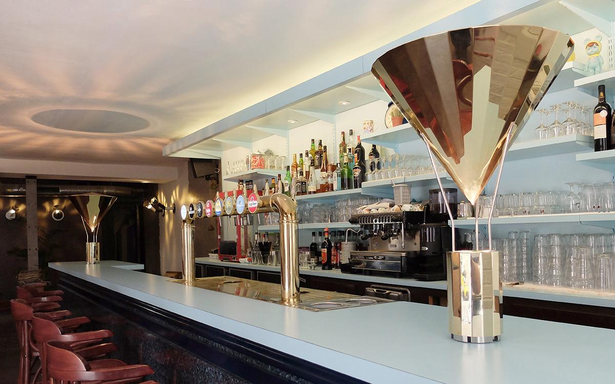 Caf K, Nantes, France vue de jour de l'entrée avec La gloriette, lampe à poser - Design et photo : RICH