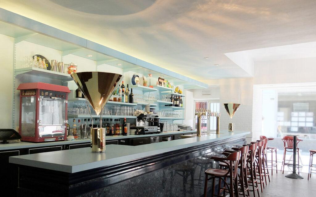 Caf K, Nantes, France vue de jour, comptoir de bar avec La gloriette, lampe à posée - Design et photo : RICH