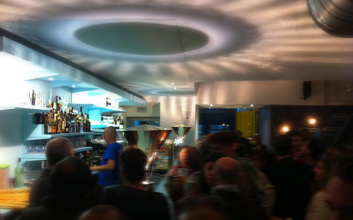 Caf k nantes france vue de nuit comptoir du bar avec la - Le comptoir du soin nantes ...