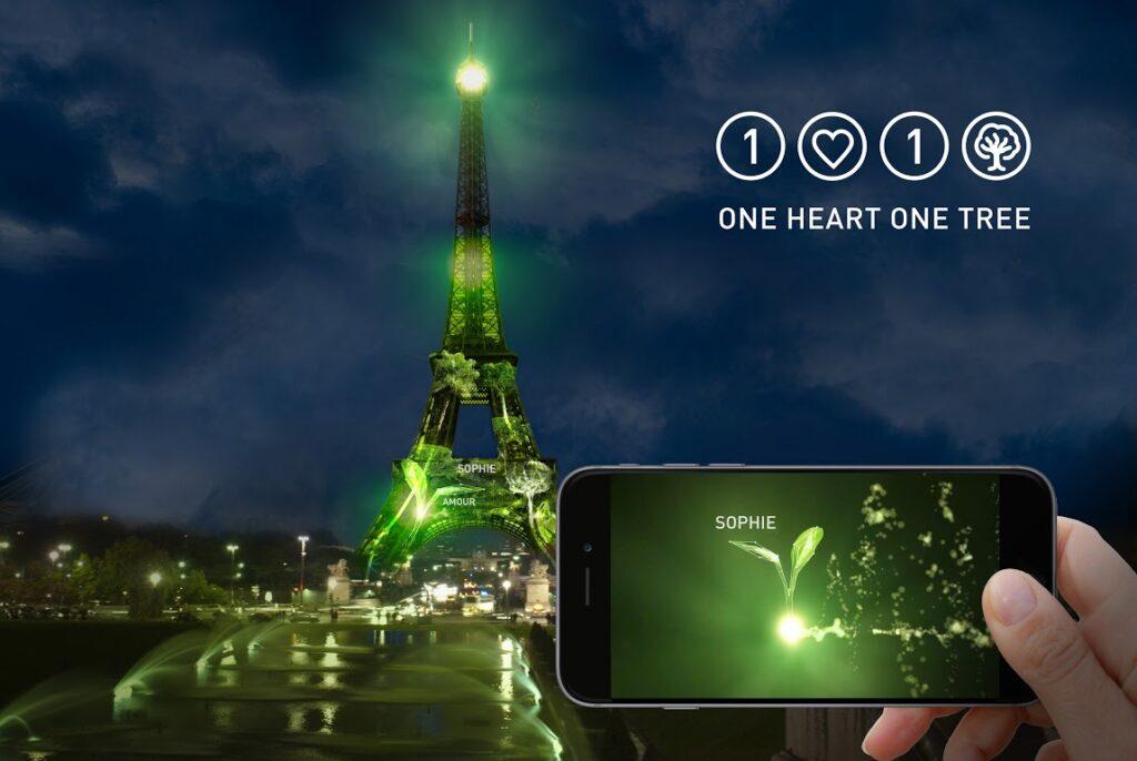 1 Heart 1 Tree - Phase 2 avec le film sur téléphone mobile - Tour Eiffel, Paris, France - Illustration : Naziha Mestaoui
