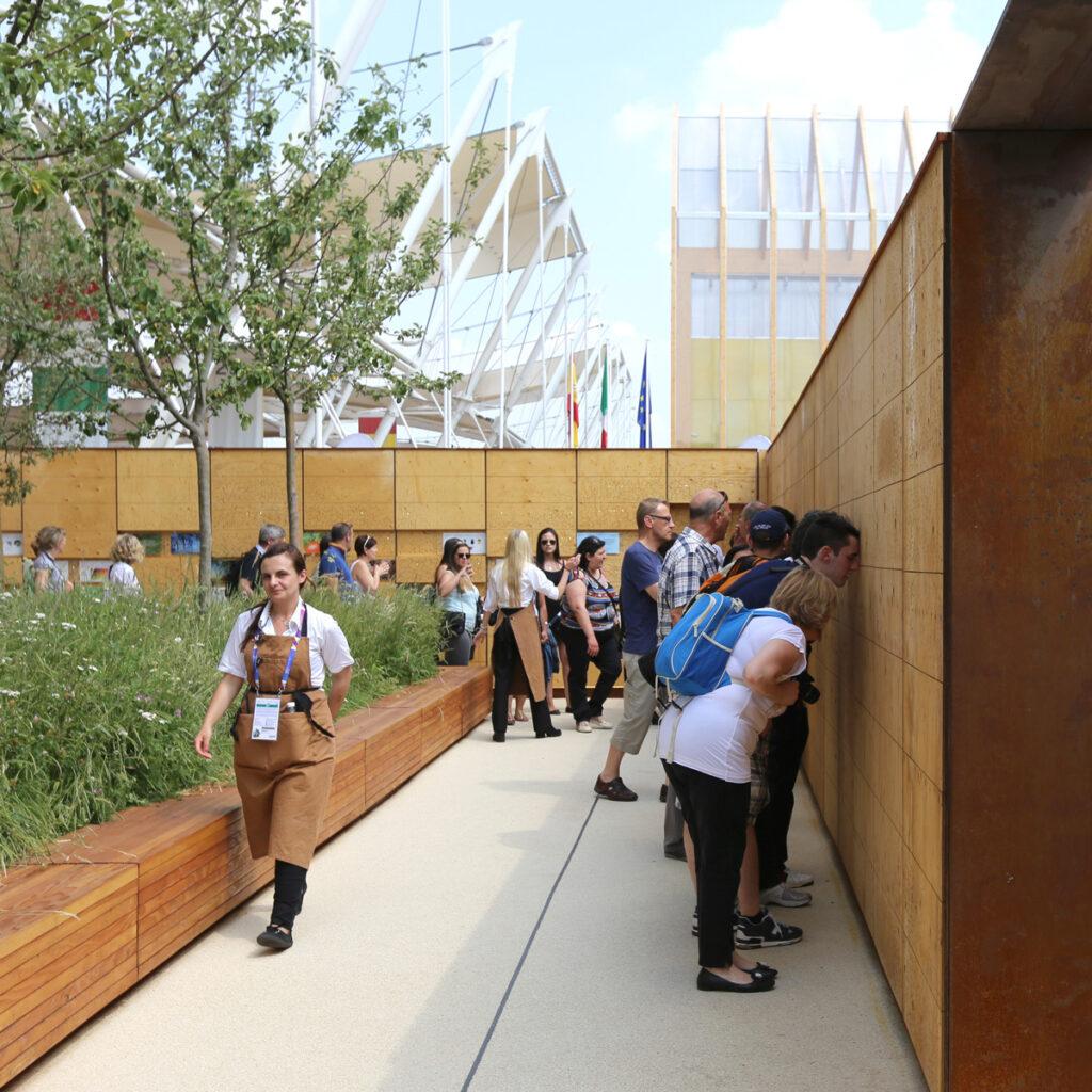 Expo 2015, UK Pavilion, Milan, Italy - Le spectateur est invité à découvrir la thèmatique du pavillon Expo 2015, UK Pavillon, Milan, Italy - Architects BDP - Artist Wolfgang Buttress - Photo Jean-Yves Soetinck