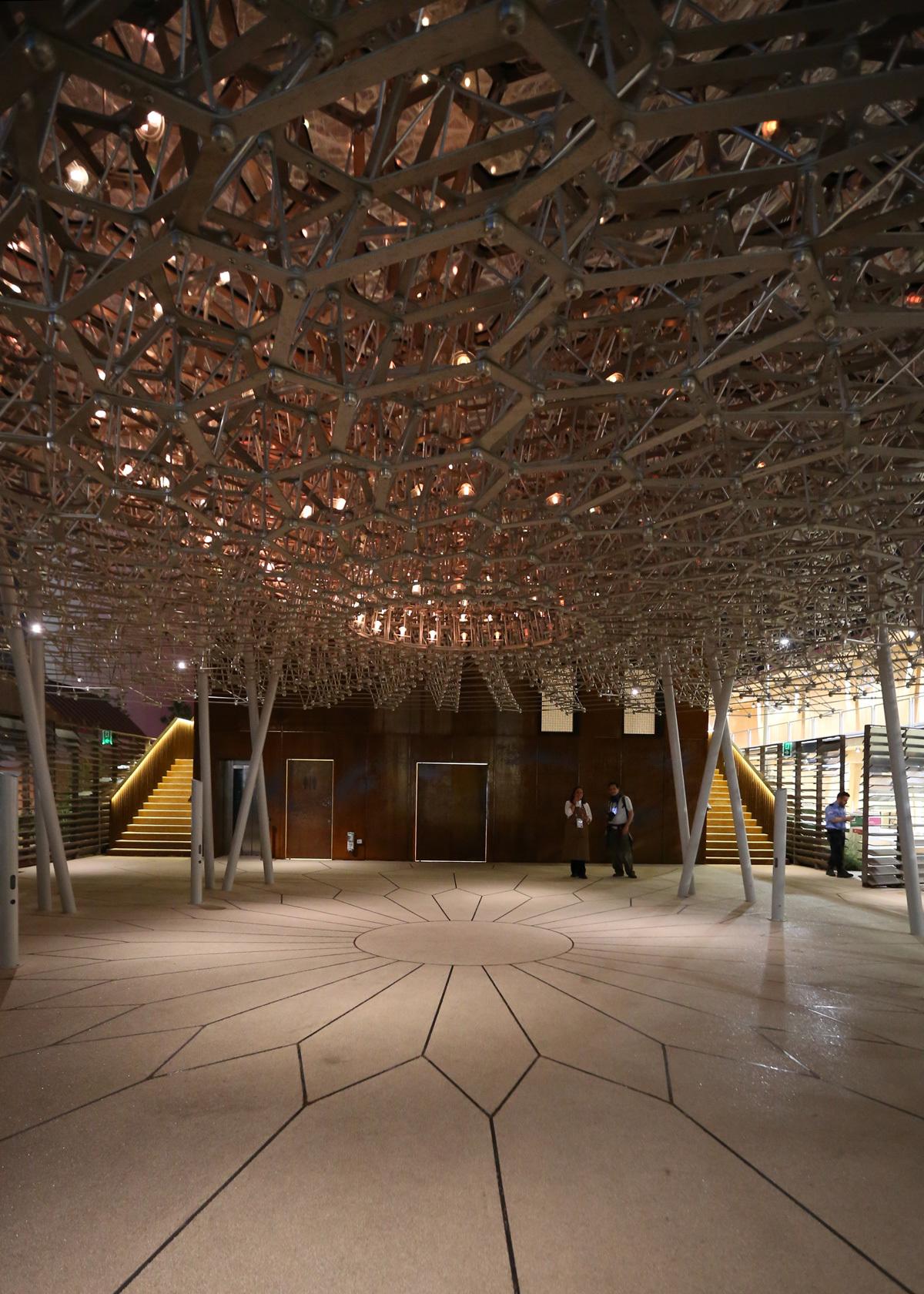 Sous la ruche, la nuit - Expo 2015, UK Pavillon, Milan, Italy - Architects BDP - Artist Wolfgang Buttress - Photo Jean-Yves Soetinck
