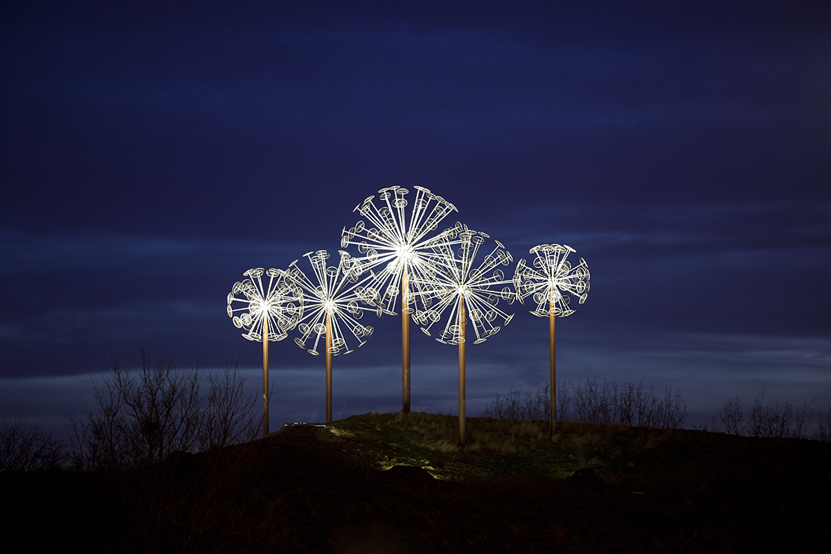 Les Pissenlits, Villeneuve d'Ascq, France - Sculpture : Alix Petit - Conception lumière : Virginie Nicolas - Photo : Arter by Yann Bohac