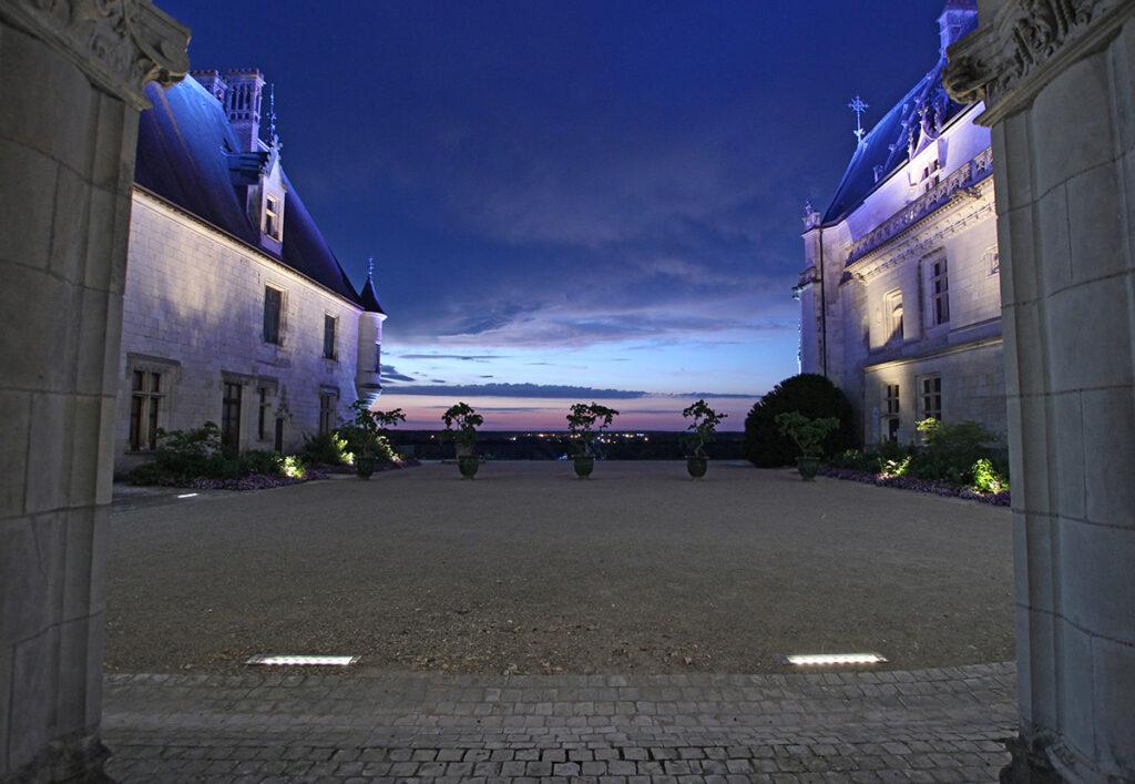 Axe de la cour intérieure sur horizon - Château de Chaumont-sur-Loire, France - Conception lumière et photo Neolight