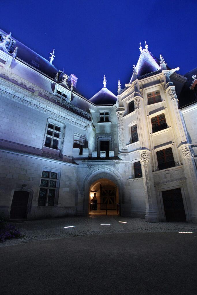 Vue de la cour intérieure - Château de Chaumont-sur-Loire, France - Conception lumière et photo Neolight