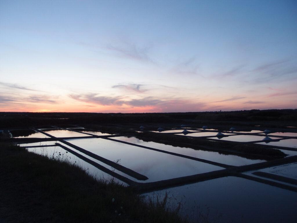 Coucher-du-soleil-sur-les-marais-salants-de-Batz-sur-Mer-en-juillet---Photo-Isabelle-Arnaud