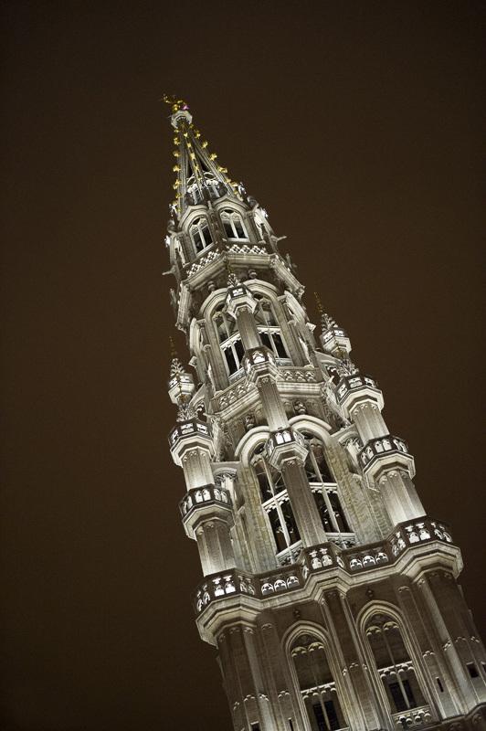 Grand-Place de Bruxelles, Belgique - Flèche de l'Hôtel de ville - Conception lumière : Isabelle Corten, Radiance35 et Patrick Rimoux, Agence Patrick Rimoux - Photo : Jonathan Berger / BRG