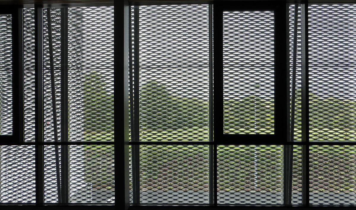 Contre-jour sur la maille métallique - Salle sportive métropolitaine de Nantes Métropole, Rezé, France - Architectes Chaix & Morel et Associés - Photo Vincent Laganier