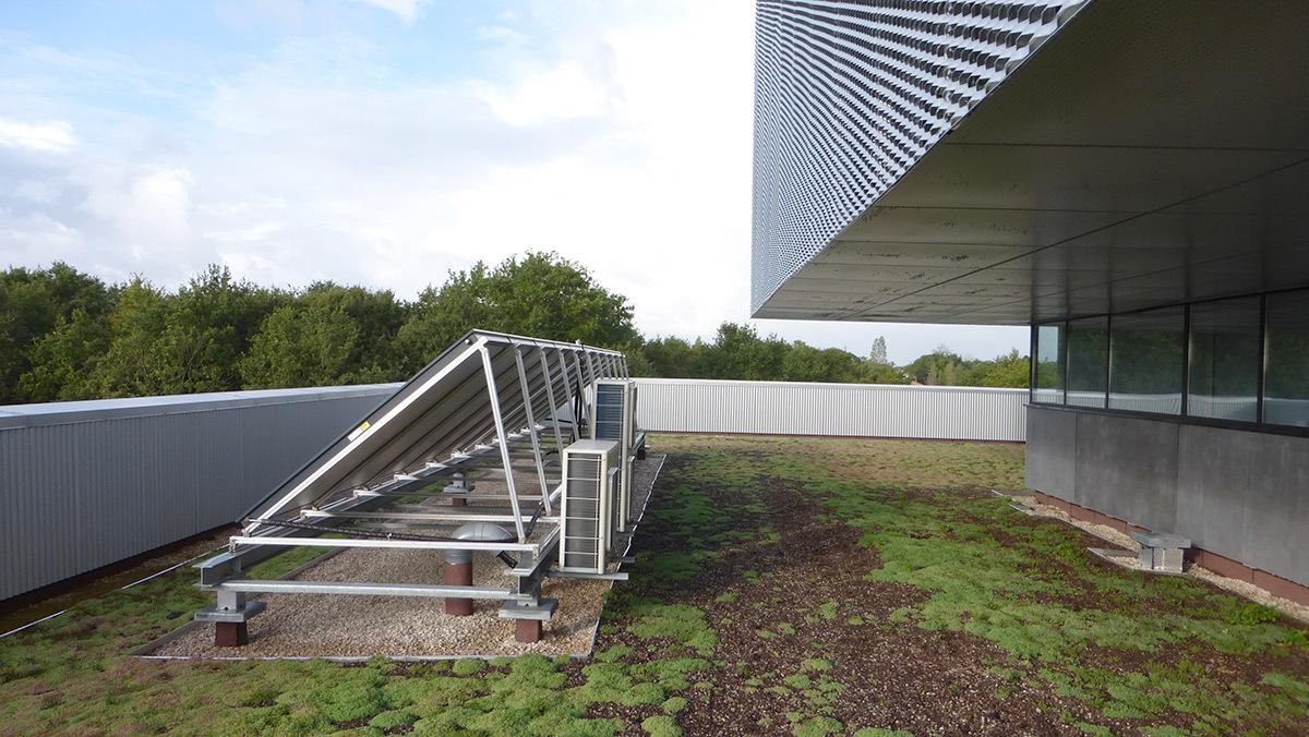 Panneaux solaire thermique sur terrasse végétalisée - Salle sportive métropolitaine de Nantes Métropole, Rezé, France - Architectes Chaix & Morel et Associés - Photo Vincent Laganier
