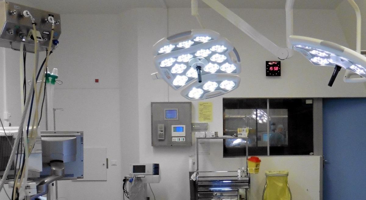 Bloc opératoire de neurochirurgie - Au fond : le pupitre de commande de l'éclairage © Sophie Caclin