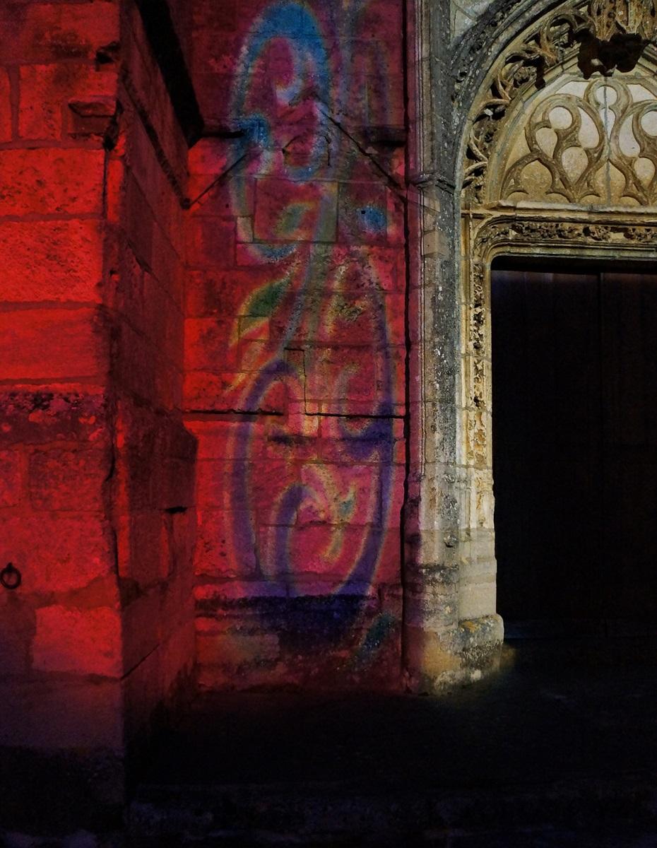 Cathédrale de la Puisaye, Treigny (89) - Détail de la projection en façade - Conception lumière et image : Thomas Klug