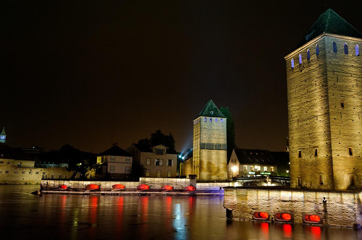 Mise en lumière des berges de l'Ill - Ponts couverts et tours, Strasbourg, France - Photo : CUS