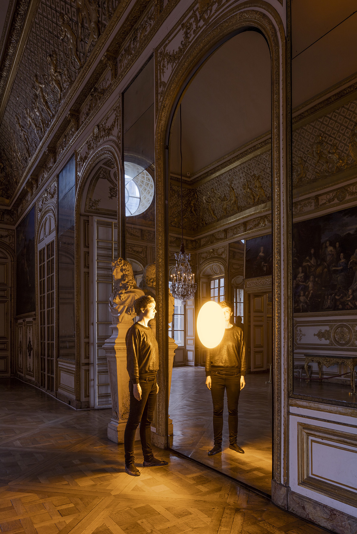 Olafur Eliasson, Deep mirror yellow, 2016 - Château de Versailles, France - Photo : Anders Sune Berg
