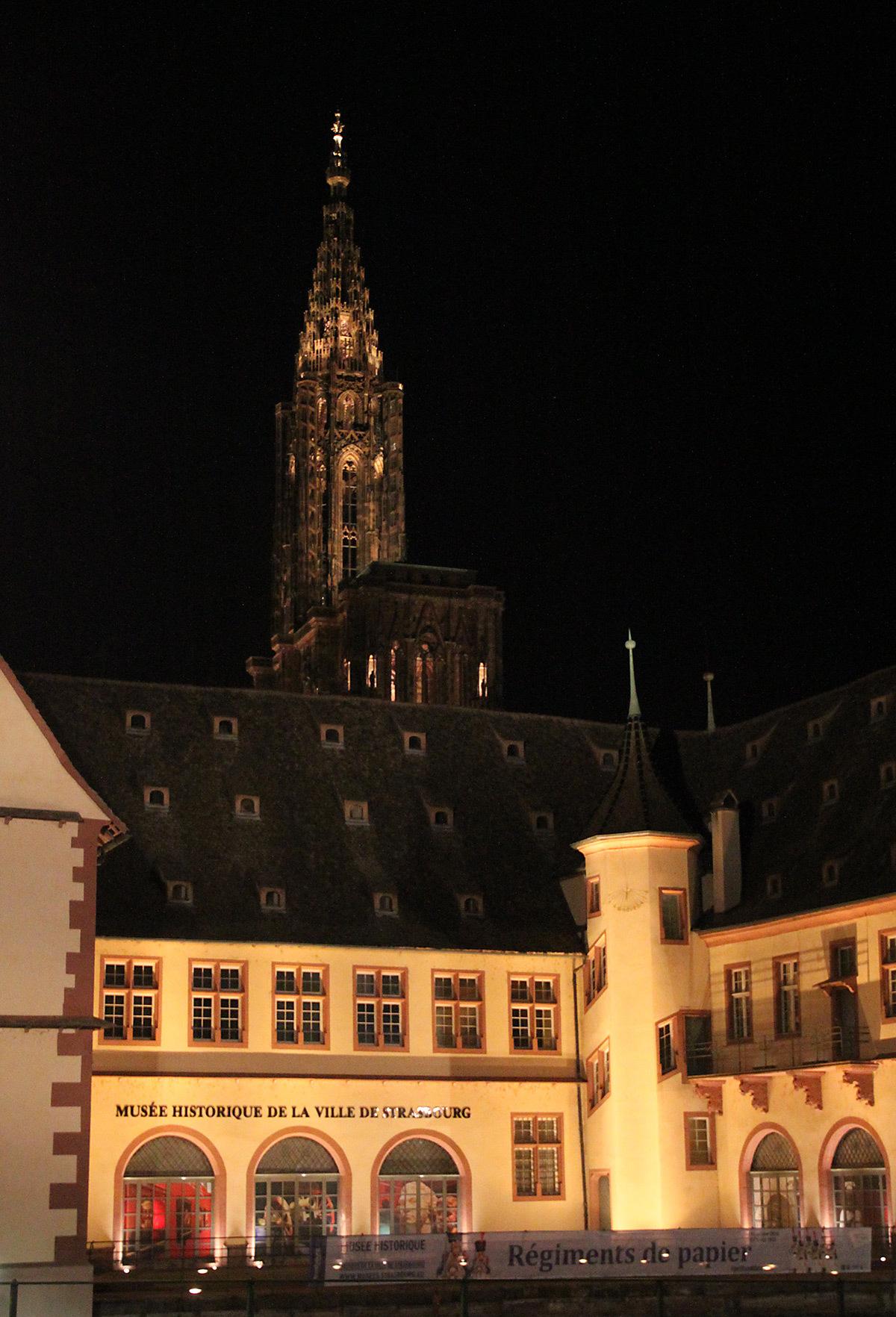 Des bords de l'Ill, quai des Bateliers - Cathédrale Notre-Dame, Strasbourg, France - mise en lumière pérenne - Conception lumière : L'Acte Lumière © Vincent Laganier