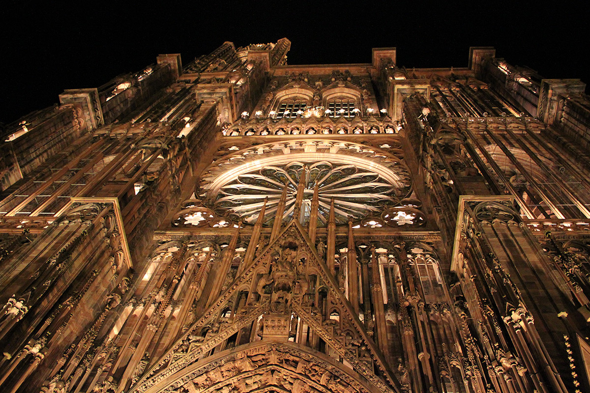 Façade occidentale du parvis de la cathédrale Notre-Dame, Strasbourg, France - mise en lumière pérenne - Conception lumière : L'Acte Lumière © Vincent Laganier
