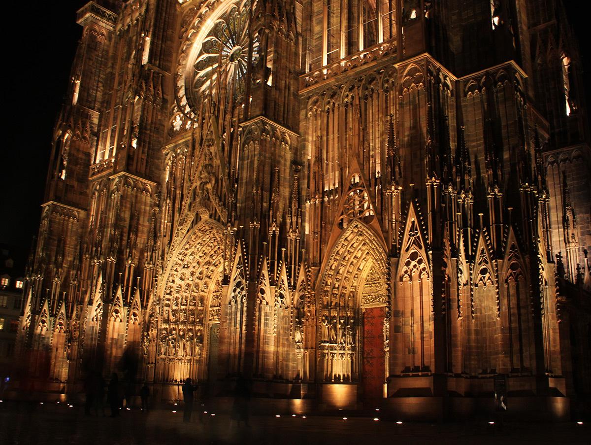 Façade occidentale, les portails - Cathédrale Notre-Dame, Strasbourg, France - mise en lumière pérenne - Conception lumière : L'Acte Lumière © Vincent Laganier