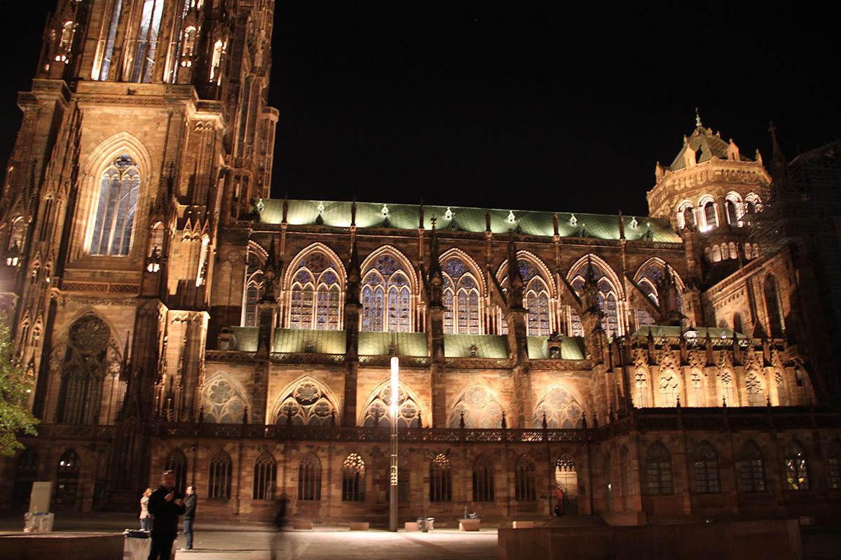 Flan Sud depuis la place du Château - Cathédrale Notre-Dame, Strasbourg, France - mise en lumière pérenne - Conception lumière : L'Acte Lumière © Vincent Laganier