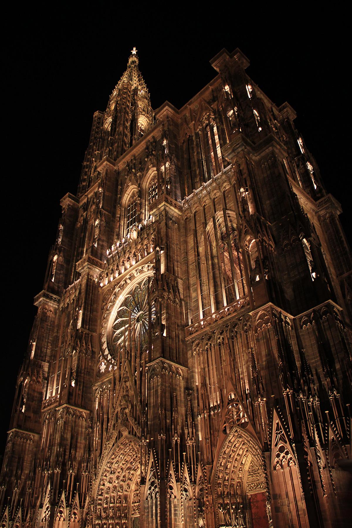 Façade occidentale, vue latérale - Cathédrale Notre-Dame, Strasbourg, France - mise en lumière pérenne - Conception lumière : L'Acte Lumière © Vincent Laganier