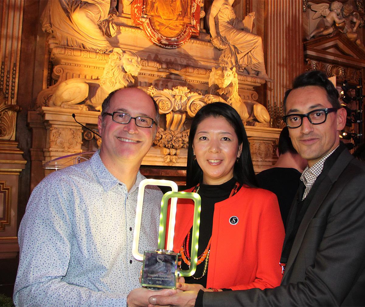 Eric Michel, Akari-Lisa Ishii et le représentant du CNRS, Trophée Recylum 2016 - Fête des lumières 2016, Lyon, France - Photo : Vincent Laganier